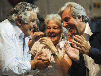 El ex presidente José Pepe Mujica, la senadora Lucía Topolansky y el actual presidente Tabaré Vázquez celebran el aniversario del Frente Amplio en el estadio Peñarol.Foto Santiago Mazzarovich.