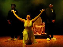 En la tragedia de Sófocles, Antígona decide suicidarse ante la porhici;on de dar sepultura a