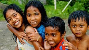 Un grupo de chicos del popular barrio de Tondo, uno de los 16 distritos de la ciudad capital. (Imagen Reuters 2019)